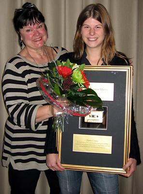 Radioprofilen Lisa Syrén delade ut Guldkassetten för årets bästa taltidningsreportage till Zandra Classon, Tal i Väst. Foto: Helena Frank