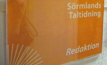Bild på redaktionsskylten hos Sörmlands Taltidning
