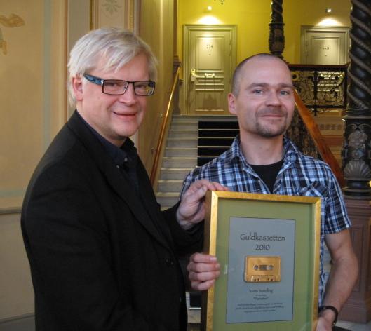 Mats Sundling, till höger, mottog Guldkassetten för årets bästa taltidningsreportage. Prisutdelare var radiojournalisten Thomas Nordegren. Priset delades ut på Elite Hotel Knaust i Sundsvall. Foto: Åsa Nilsson