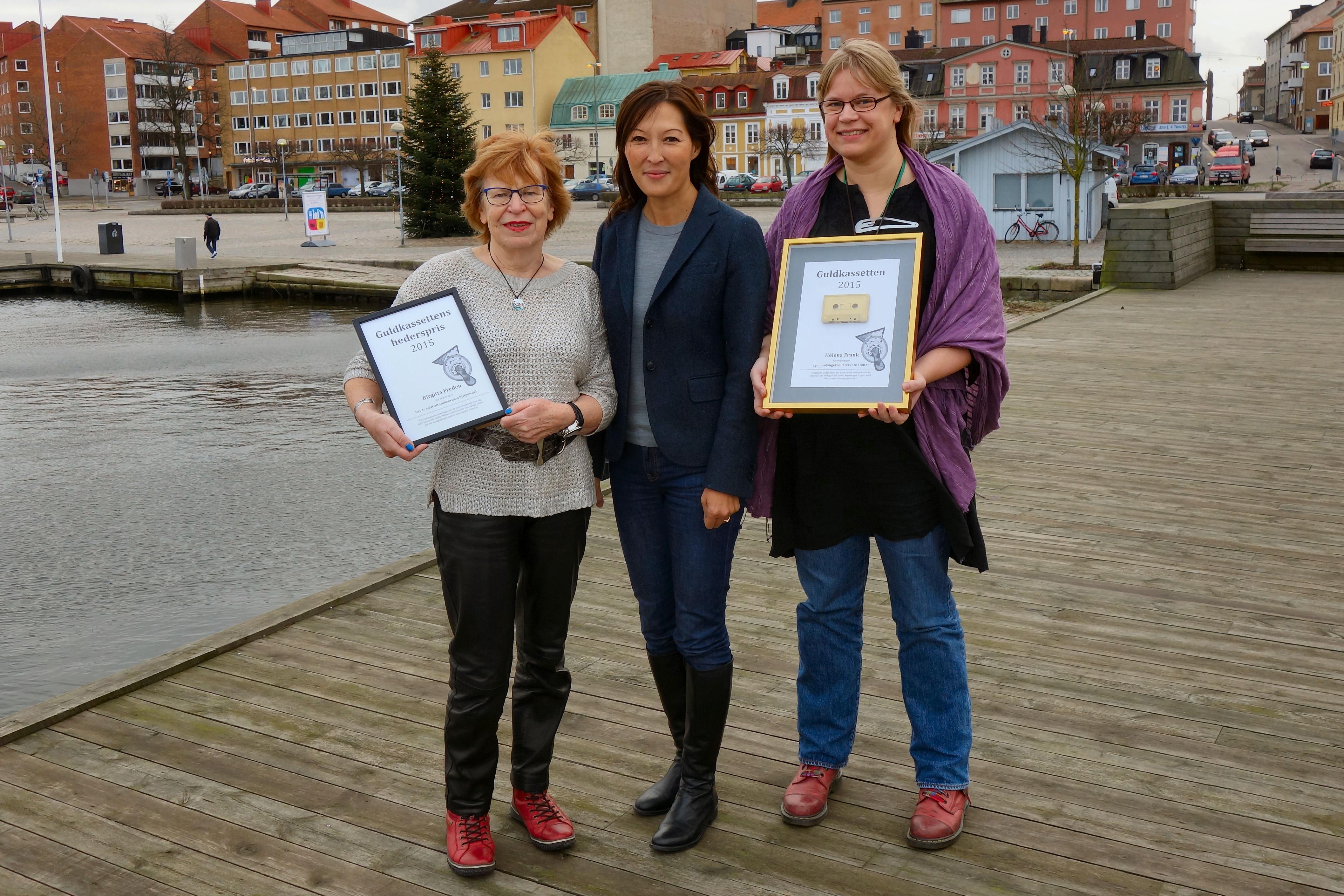 Syntolkning: Från vänster till höger: Birgitta Fredén, Lena Sundström, Helena Frank. De står på kajkanten. Birgitta och Helena håller i varsin pristavla.