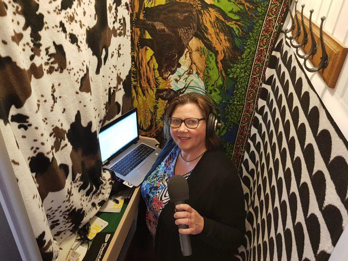 Spotlights redaktör Anette Strandqvist i sin garderob.